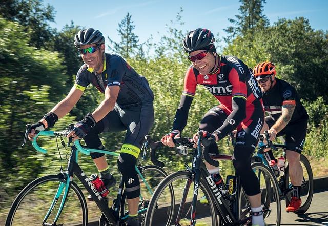 Je dospělý cyklista povinen nosit při jízdě cyklistickou přilbu? Není, ale…